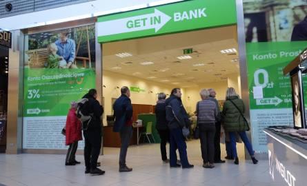 Przed placówkami Getin Noble Bank ustawiają się kolejki osób, które obawiają się utraty oszczędności w związku z aferą KNF. Bank uspokaja, że jest częścią