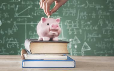 Zmiany w 300 plus mogą utrudnić dostęp do pieniędzy niektórym rodzicom wnioskującym o świadczenie na wyprawkę szkolną dla dziecka. Sprawdź, co się z