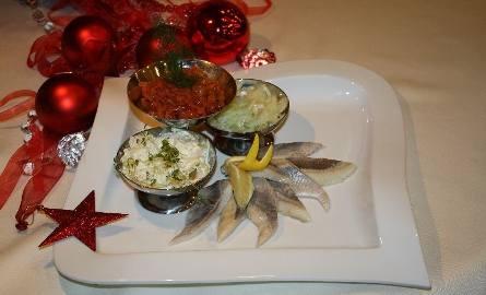 Trio śledziowe to jedna z przekąsek, które znalazły się w świątecznym menu kieleckiej restauracji Patio.