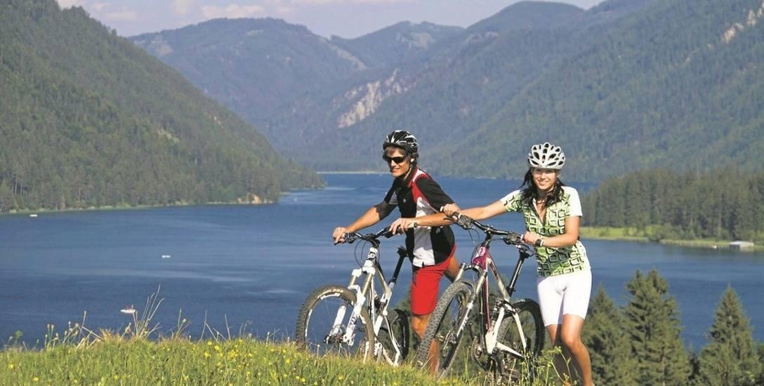 Po górskich wzniesieniach świetnie jeździ się na rowerach wyposażonych w napęd elektryczny
