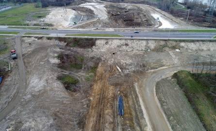 Na budowie obwodnicy Stalowej Woli i Niska wykonywane są nasypy na trasie głównej, wykopy, warstwa ulepszonego podłoża, warstwa podbudowy z gruntu stabilizowanego