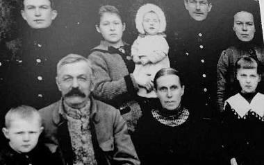 Adam Chilecki z żoną Józefą, dziećmi i wnukami. Zygmunt Chilecki siedzi przy dziadku z lewej strony