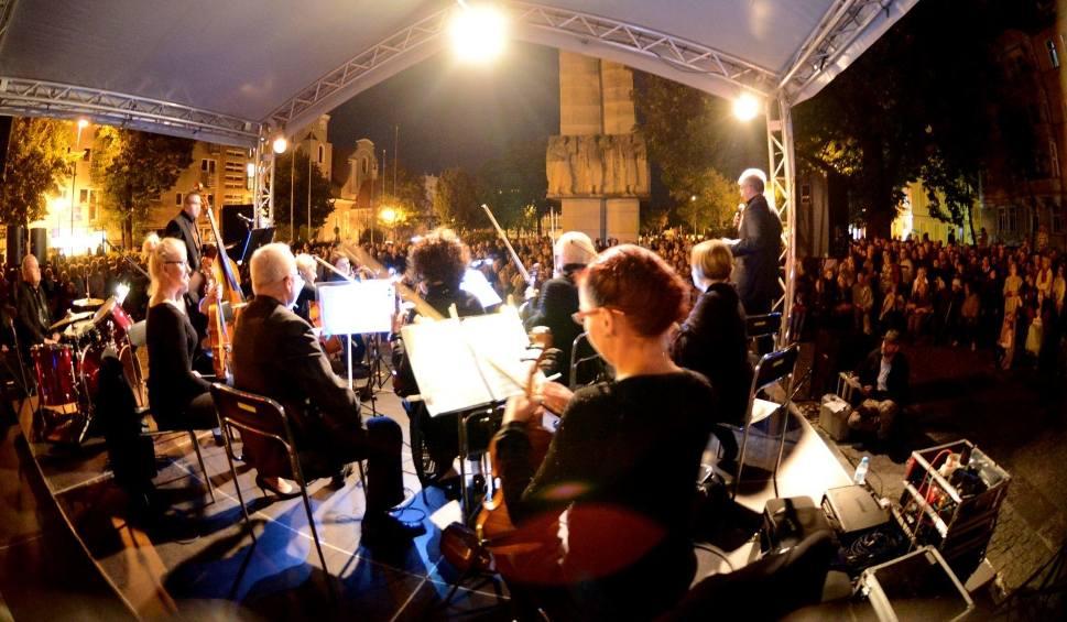 Film do artykułu: Lato Muz Wszelakich w Zielonej Górze: nocny koncert muzyki filmowej przy fontannie pewnie znów przyciągnie tłumy