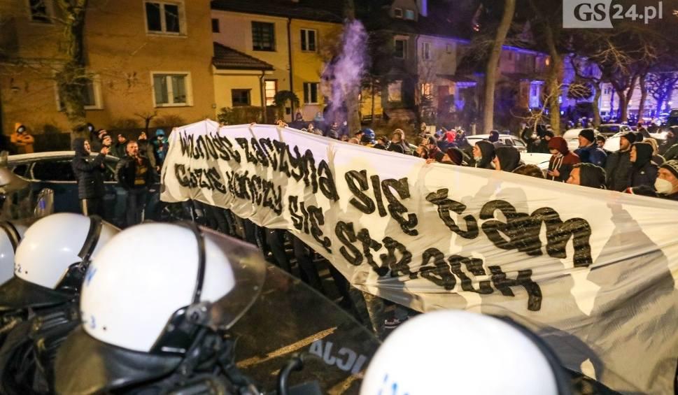 Film do artykułu: Kibice Pogoni Szczecin kontra policja i obostrzenia. Nerwowo przed stadionem. WIDEO i ZDJĘCIA
