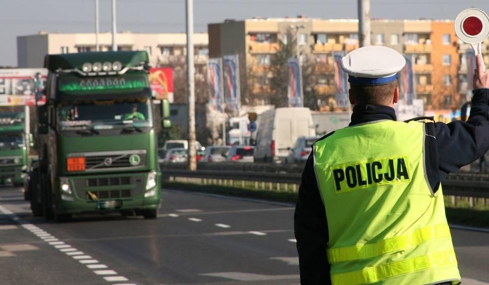 Film do artykułu: Gmina Mogielnica: kierowca wiózł 12 osób na pace auta dostawczego