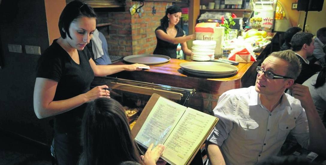 Studenci są chętnie zatrudniani w gastronomii - pracodawcy korzystają z tego, że praca studenta jest obciążona mniejszymi zobowiązaniami niż zwykłego