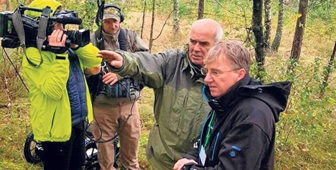 """Dariusz Czerniawski (z prawej) z ekipą programu """"Było, nie minęło"""" na terenie dawnego obozu jenieckiego w Kłominie"""
