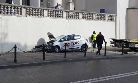 Wjechał samochodem w mur przy katedrze. Dobrowolnie poddał się karze