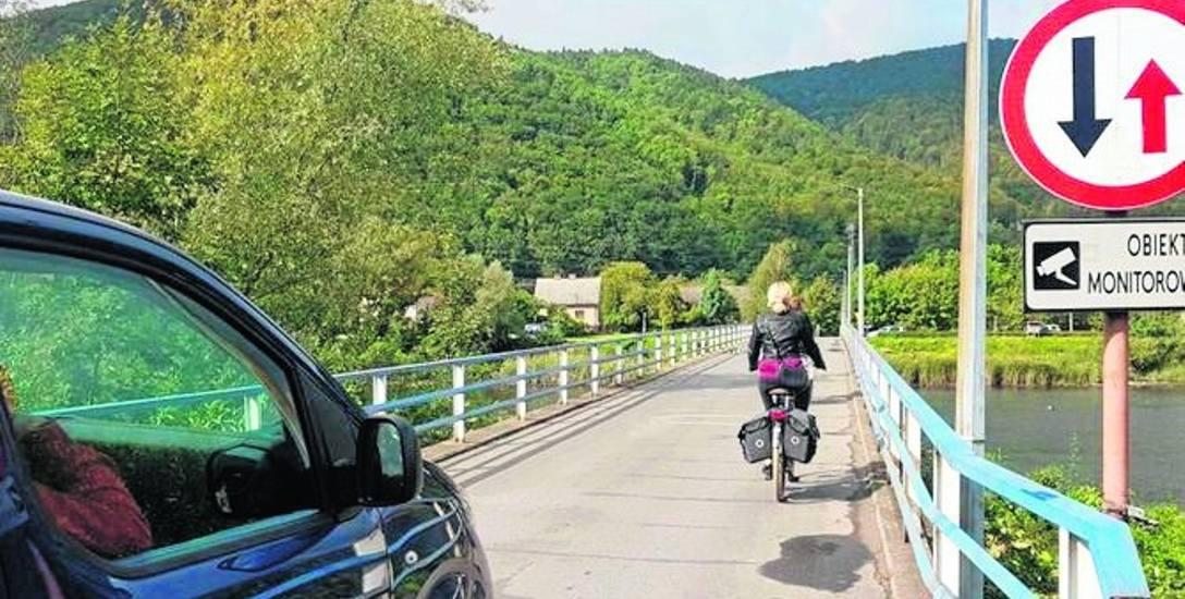 Kładka czy też most na Sole jest wąską przeprawą. Dlatego dwa pojazdy nie są w stanie się na nim minąć