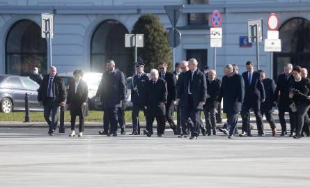Kilkudziesięciu działaczy PiS pod pomnikiem Lecha Kaczyńskiego. Policja mówi, że nie jest to... zgromadzenie. 10. rocznica Smoleńska.Zobacz kolejne zdjęcia.