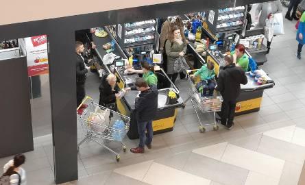W niedzielę, np. 16 lutego? Zostają zakupy w sklepie osiedlowym lub na stacji benzynowej. W jednym i drugim miejscu można zrobić nawet duże zakupy, ale
