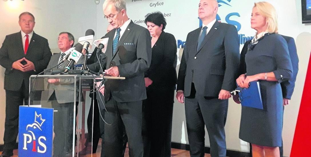 Minister Jerzy Kwieciński w otoczeniu polityków PiS przekonywał, że dobrze nie jest
