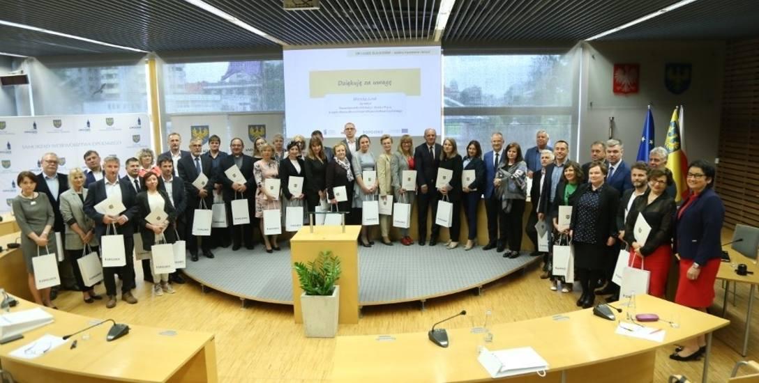Prawie 1700 nauczycieli ogólniaków na Opolszczyźnie dostanie sprzęt do zdalnego nauczania