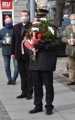 W 11. rocznicę katastrofy smoleńskiej pod pomnikiem Lecha Kaczyńskiego oraz tablicą pamięci Anny Walentynowicz kwiaty złożyli przedstawiciele radnych