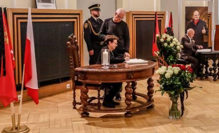 Mieszkańcy wpisują się do księgi kondolencyjnej poświęconej prezydentowi Pawłowi Adamowiczowi