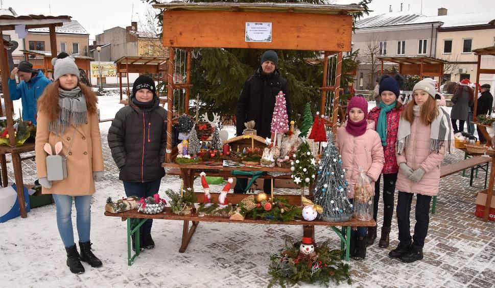 Film do artykułu: Kiermasz bożonarodzeniowy na rynku w Chmielniku. Była też prezentacja Straży Miejskiej [ZDJĘCIA]