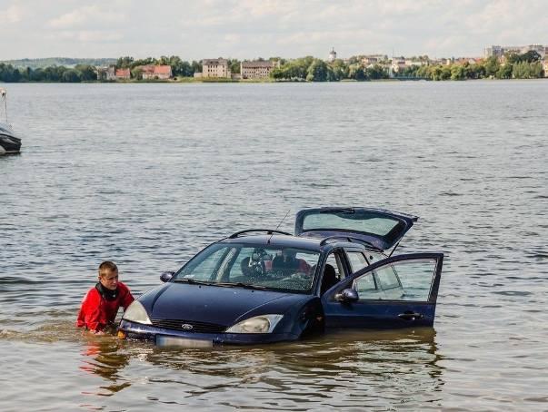 Ełk: Auto wjechało na plaży do jeziora Ełckiego 19.07.2019 (zdjęcia)