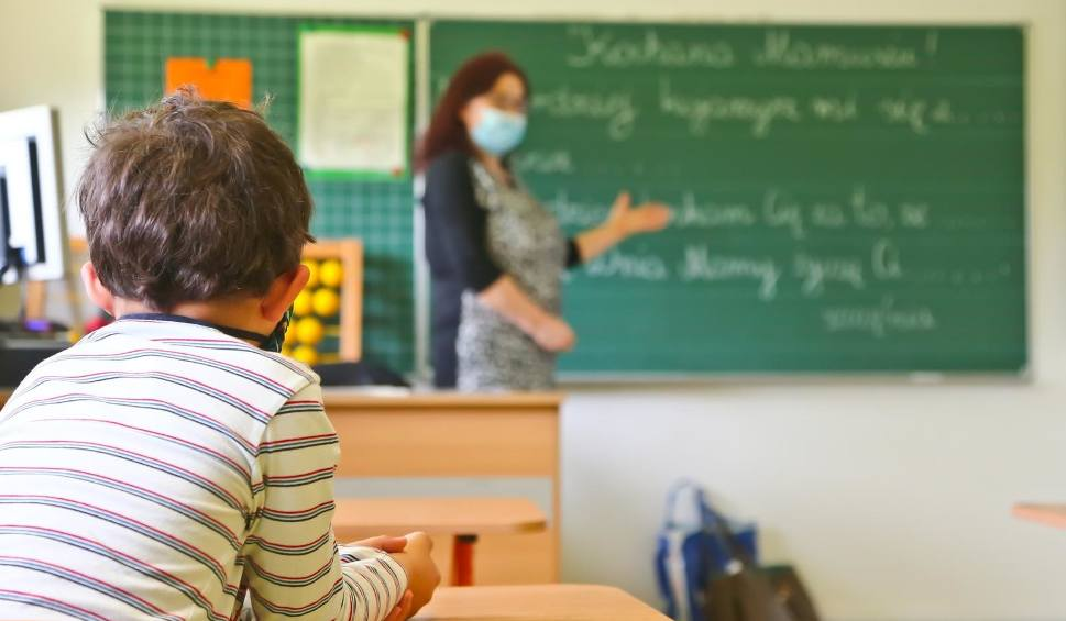 Film do artykułu: Koronaszkoła, koronalekcje. Rzecznik praw dziecka apeluje do nauczycieli o podnoszenie ocen wszystkim uczniom