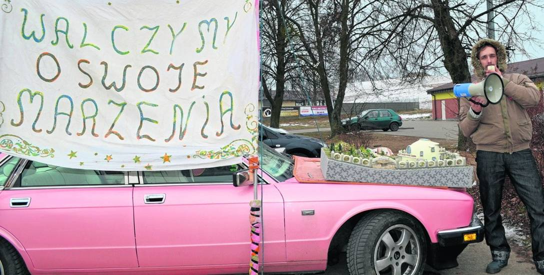 Już piętnaście niedziel Tomasz Kaźmierczak protestuje. Końca nie widać, chce tak walczyć do wyborów samorządowych.  Zapowiada, że wkrótce przeniesie