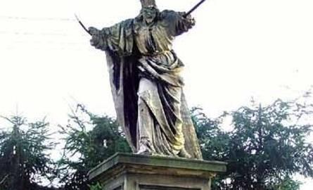 Grobowiec doktora Karola Kaczkowskiego (zm. 1903), pierwszego dyrektora szpitala powszechnego – ze zniszczoną rzeźbą Chrystusa dźwigającego krzyż.