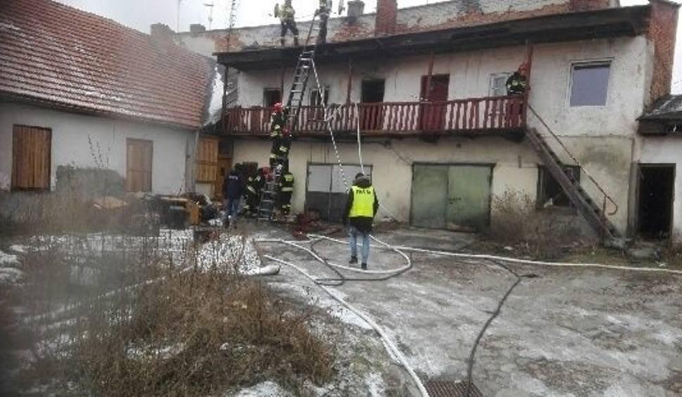 Film do artykułu: Pożar w centrum Jędrzejowa. Na pogorzelisku strażacy znaleźli zwęglone zwłoki mężczyzny