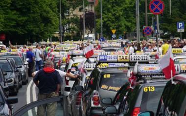 Do protestów taksówkarzy przeciwko firmom takim jak Uber czy Taxify dochodzi regularnie, także w Poznaniu (na zdjęciu protest z 2017 roku). Chcą oni