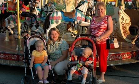 Na zdjęciu (od lewej) młoda mama Daria Andrejczuk, babcia dziewczynek Blandyna Ciszewska oraz Paulina i Ela Andrejczuk.