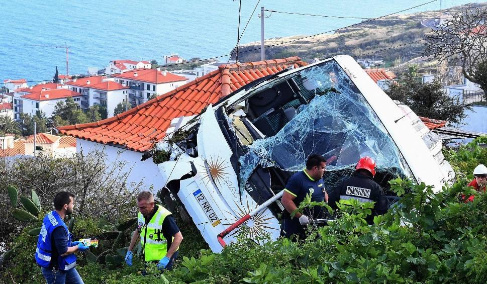 Film do artykułu: Tragiczny wypadek autobusu na Maderze [ZDJĘCIA] Zginęło 29 turystów z Niemiec, 27 zostało rannych [WIDEO]