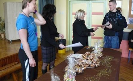 Pozostałym uczestnikom dyrektor szkoły Maria Gładyś wręczyła podziękowania w formie pamiątkowych dyplomów oraz słodyczy.