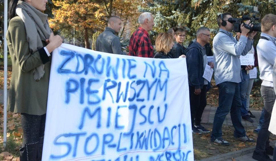 Film do artykułu: Pacjenci ze szpitala w Krychnowicach protestowali przeciw zamknięciu oddziału. Co na to dyrekcja?
