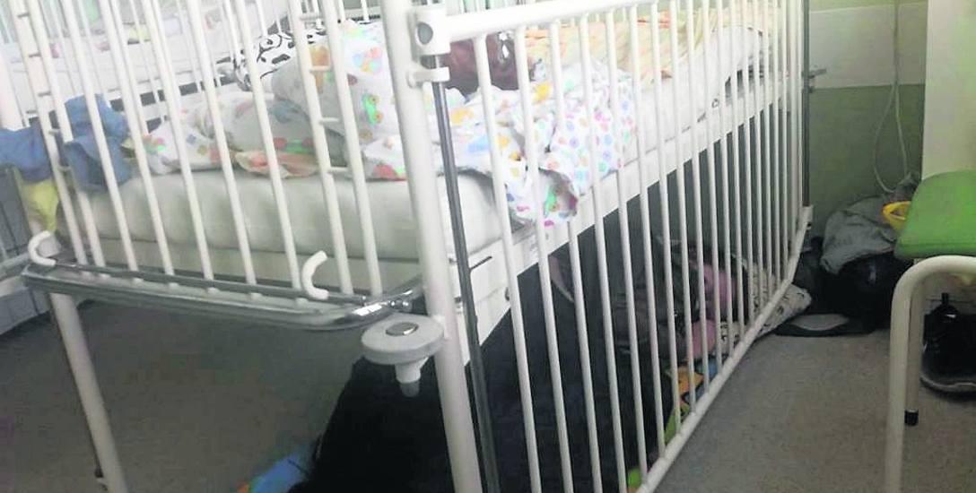 Matka musiała sobie pościelić pod łóżeczkiem chorego dziecka