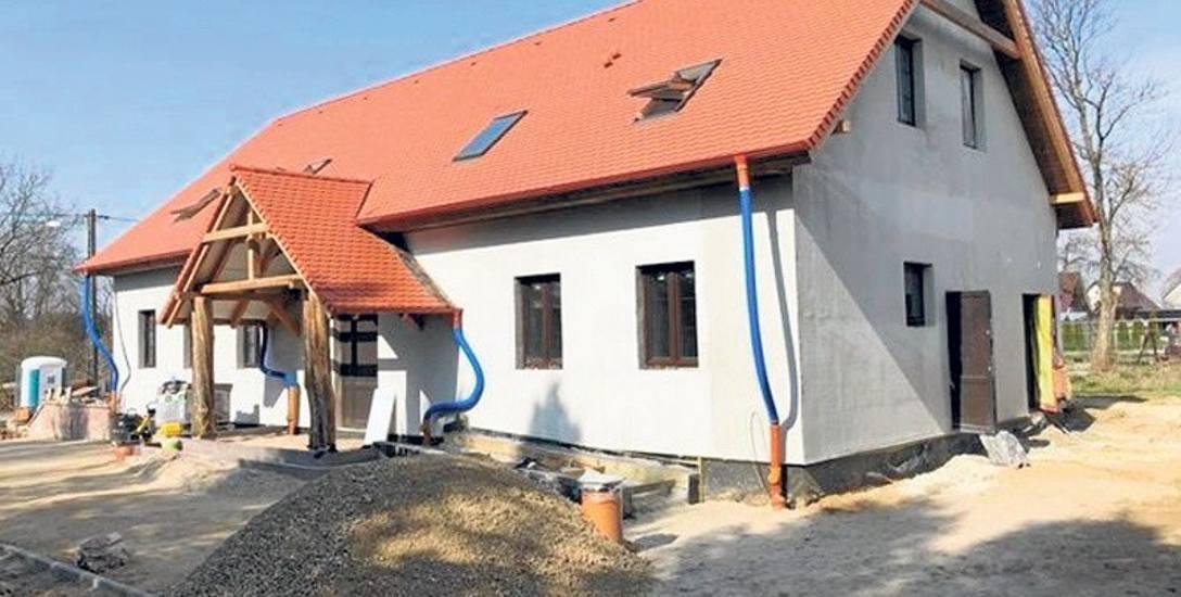 Nowy budynek świetlicy wiejskiej w Radosławiu. Obecnie trwają prace wewnątrz obiektu