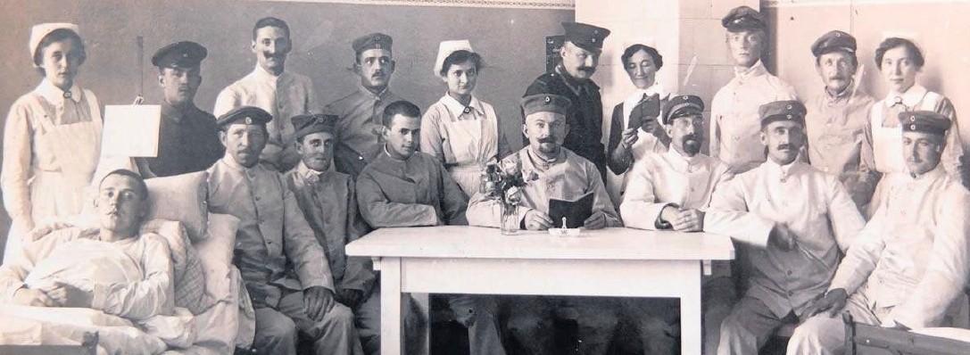 W mieście działało wiele lazaretów wojskowych. Tę fotografię wykonano  w budynku obecnego gimnazjum na ulicy Ozimskiej