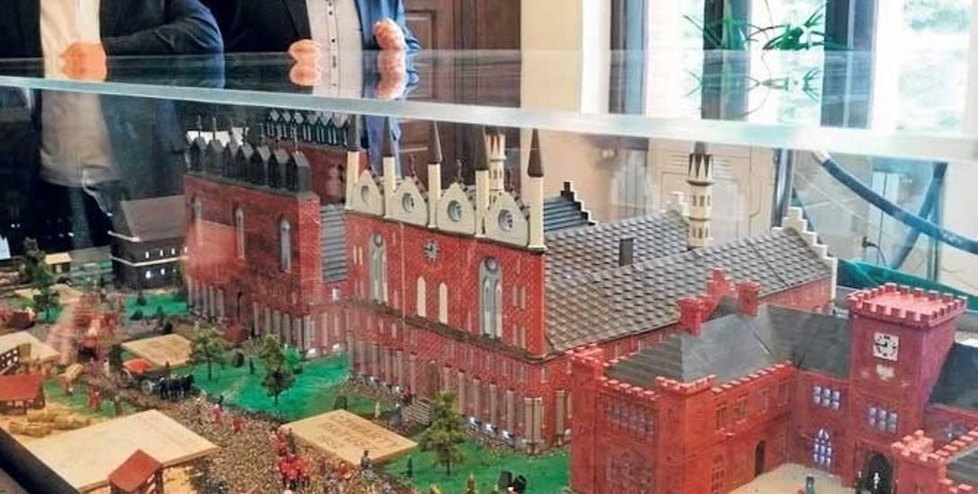 Pięć modeli kołobrzeskich ratuszy, wykonanych przez uczniów na drukarce 3D, można podziwiać oczywiście w ratuszu