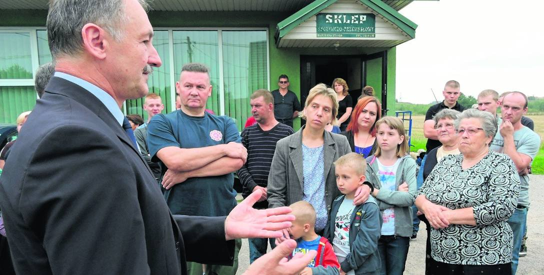 Sekretarz gminy (z lewej) spotkał się z mieszkańcami, ale nic konkretnego im nie powiedział.