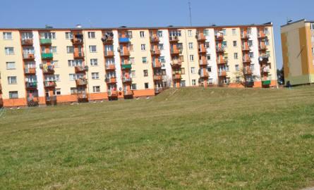Ten teren między blokami przy Jachowskiego jest zieloną oazą dla mieszkańców. Część z nich nie chce tu kolejnego budynku.