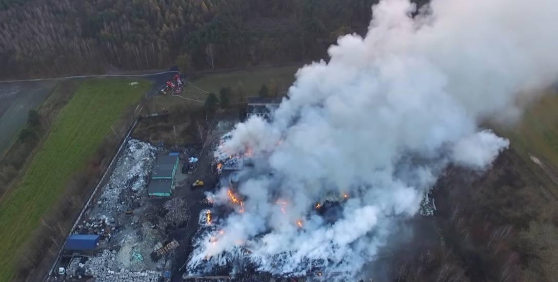 W pożarze na składowisku w Żorach spłonęło około 10 tys. m. kw. opon i innych odpadów. Akcja gaśnicza trwała przez nieomal pełny tydzień.