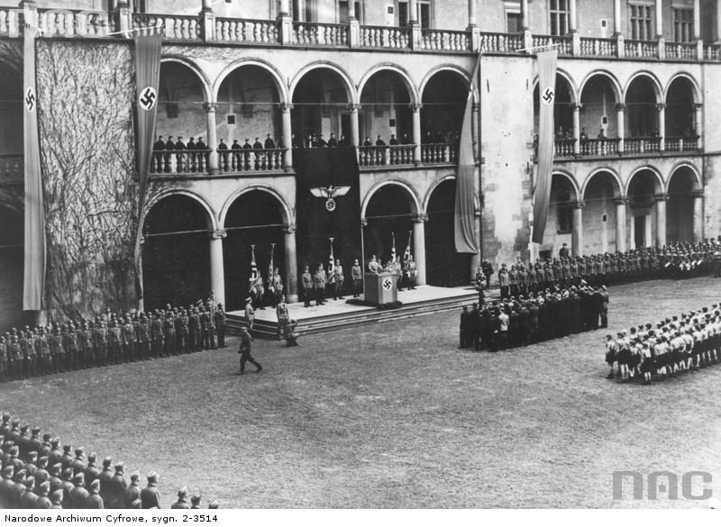 Uroczystości na dziedzińcu Zamku Królewskiego w Krakowie z okazji rocznicy urodzin Adolfa Hitlera.