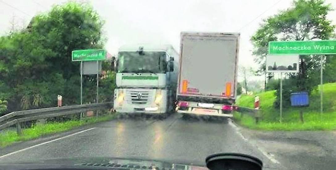 Miejscami droga krajowa 75 jest tak wąska, że z trudem mijają się samochody ciężarowe. Brakuje też pobocza dla pieszych