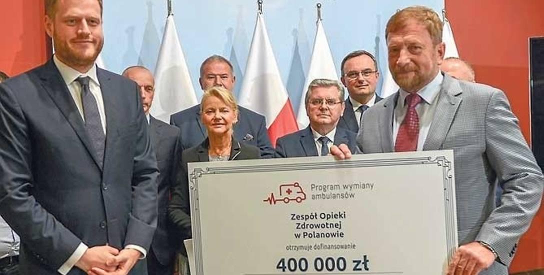 Wiceminister zdrowia Janusz Cieszyński wręczył symboliczny czek na 400 tys. zł dr Markowi Stachowiczowi (z prawej)