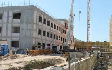 Nowe skrzydło szpitala powstaje pomiędzy główną częścią szpitala a ośrodkiem radioterapii.