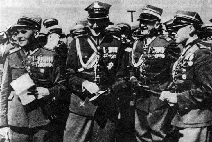 Bolesław Wieniawa-Długoszowski (drugi od prawej) obok Józefa Becka podczas spotkania legionistów w Krakowie, lata 30.