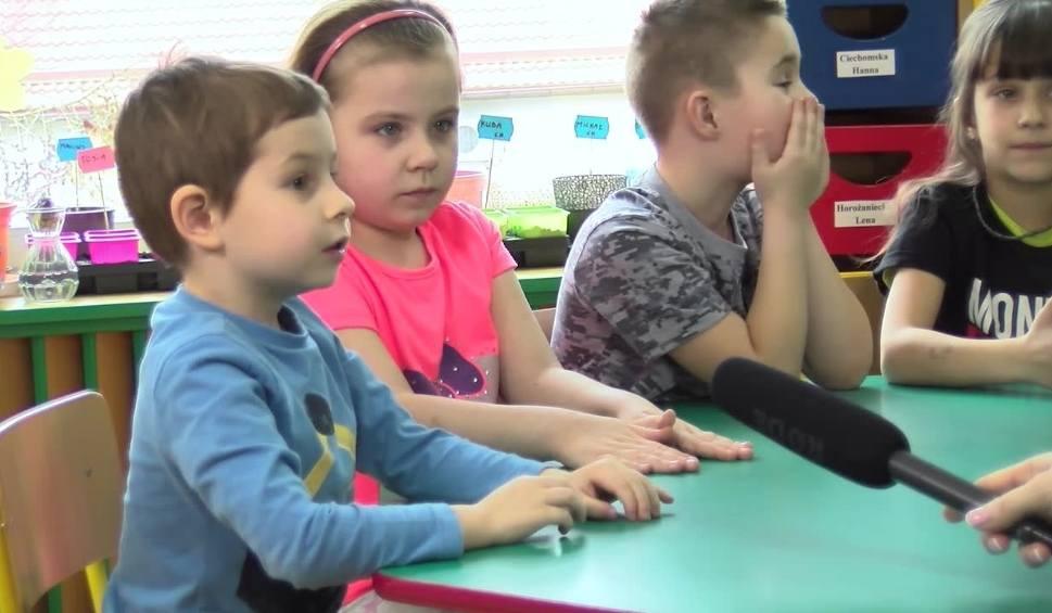 Film do artykułu: MAŁE MĄDRALE ODC. 6. Odwiedzamy Miejskie Przedszkole nr 5 im. Marii Konopnickiej w Żarach. Opowiadają nam o domu i podłodze [ZDJĘCIA, FILM]