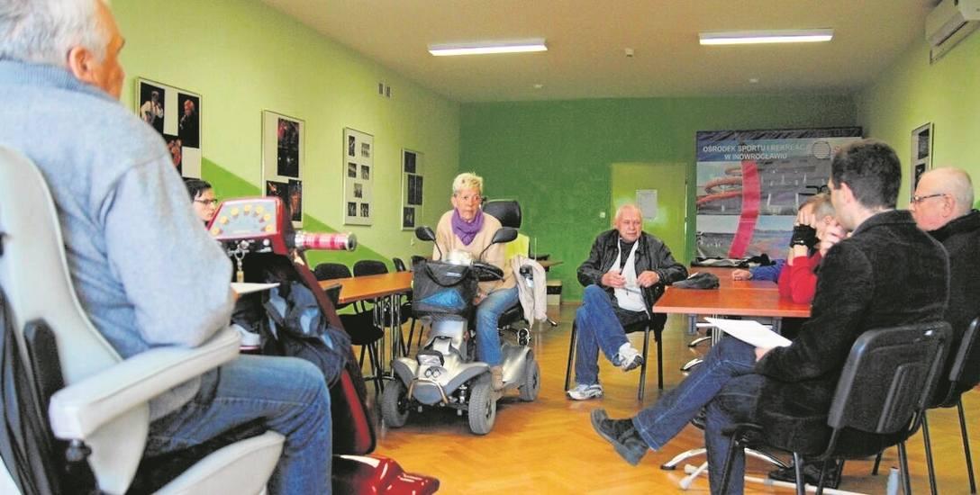 W środę inowrocławscy niepełnosprawni spotkali się z dziennikarzami. - Decyzja MPK o rezygnacji z przewozów w takim momencie jest zwykłym skandalem-