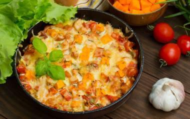 Zapiekanka z dynią, kaszą, soczewicą i ulubionymi warzywami.