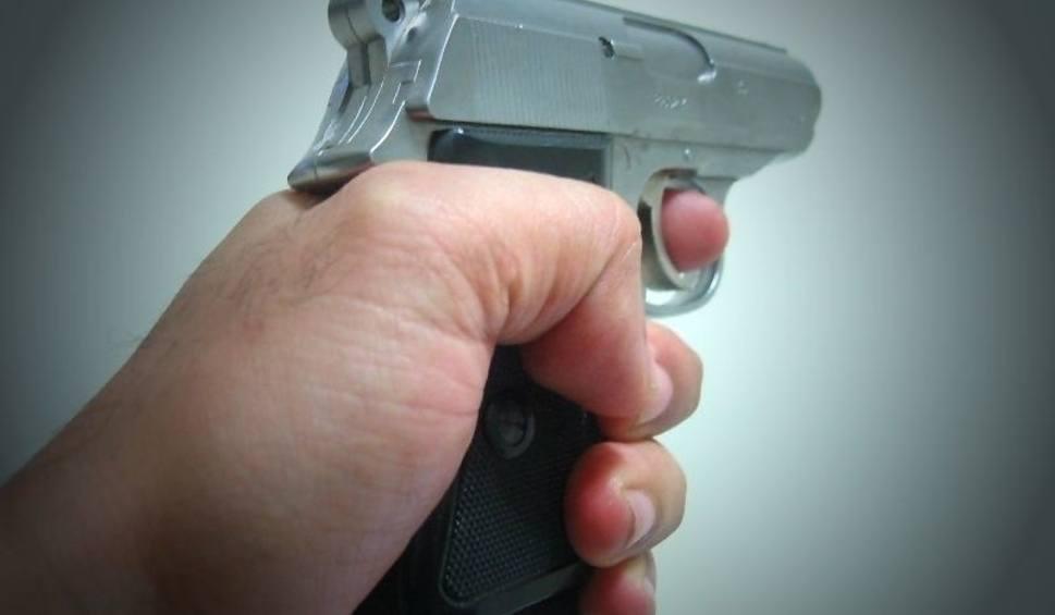 Film do artykułu: Agresywny mężczyzna ranił policjanta nożem, podczas interwencji pod Lipskiem. Ten postrzelił napastnika, który zmarł w szpitalu