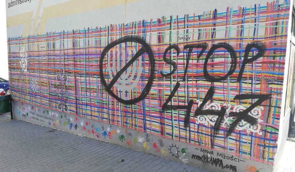 """Film do artykułu: Białystok. Mural """"Utkany wielokulturowością"""" znów zniszczony. Ktoś napisał """"STOP 447"""" [ZDJĘCIA, WIDEO]"""