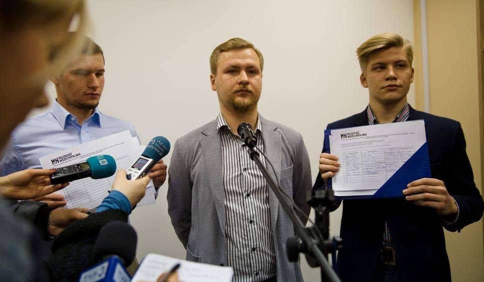 Film do artykułu: Referendum ws. imigrantów w Polsce. Młodzież Wszechpolska zbiera podpisy pod wnioskiem