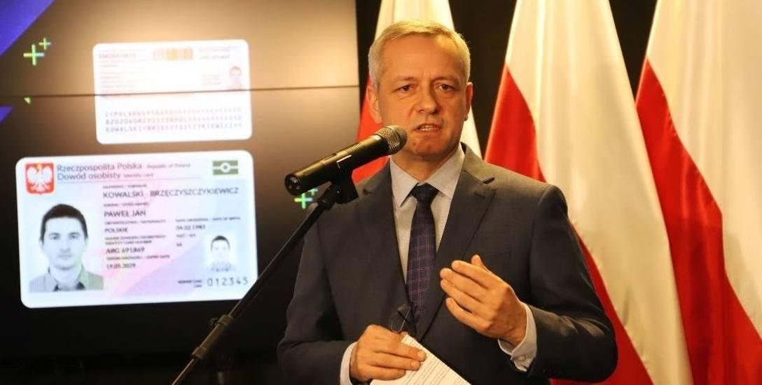 - Nowe dowody, tak jak teraz, będą w formie plastikowej karty, ale wyposażonej w czipa - mówi Marek Zagórski, minister cyfryzacji.