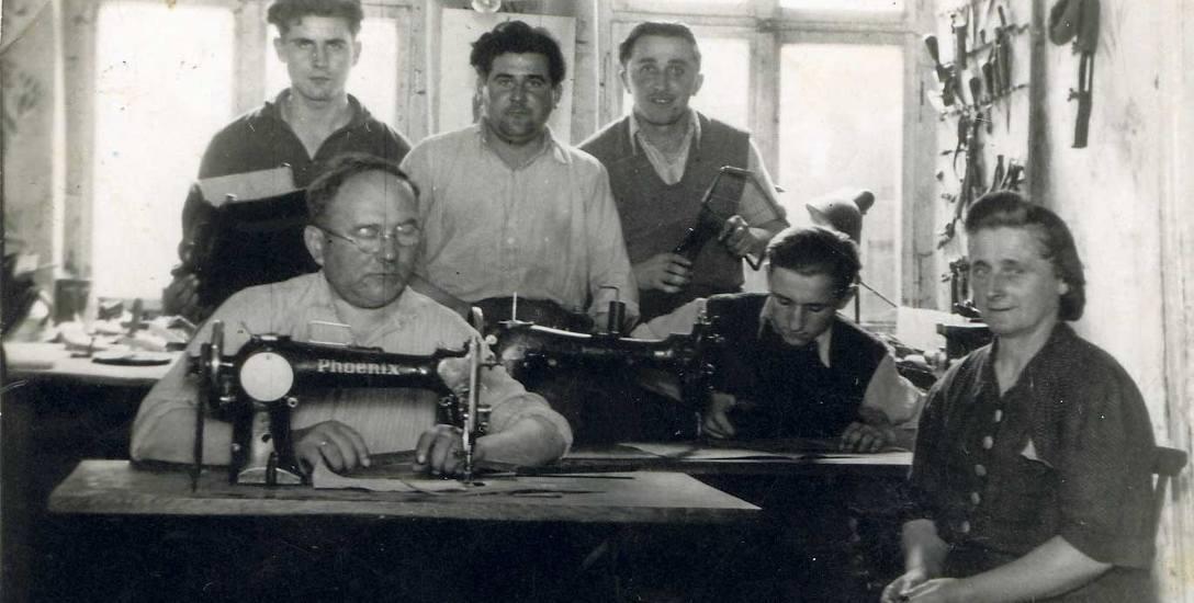 Ludwik Kasprzak wraz żoną i synami. W jednym z pomieszczeń otworzył  zakład rymarsko - tapicerski